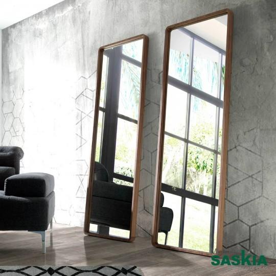 Espejo de pie fabricado en madera chapada en Nogal.