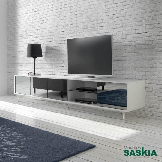 Mueble TV de madera lacada y puertas con frontales de espejo gris.