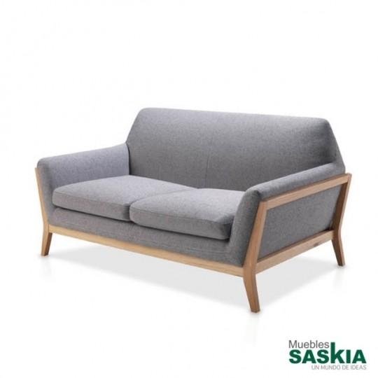 Sofas tapizados con estructura en madera de roble macizo.