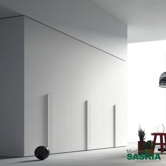 Armario de puertas batientes, en todo tipo de acabados y materiales. No te pongas límites a la hora de elegirlas y configurarlas.
