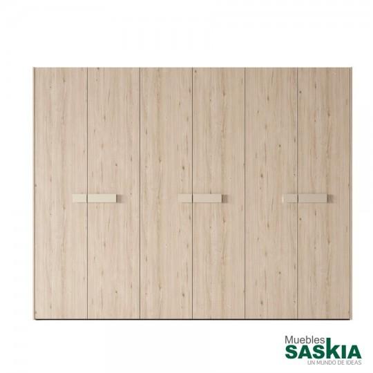 Las puertas batientes de la colección están disponibles en todo tipo de acabados y materiales. No te pongas límites a la hora de elegir y configurarlas. Acabado poro profundo, nuevos diseños en acabados más naturales al tacto y a la vista.