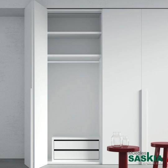 Las puertas plegables son adaptables, accesibles y muy prácticas. Una vez abiertas, podrás ver todo el interior del armario. Accesorios del interior mejorados, nuevos soportes, barra más resistente.