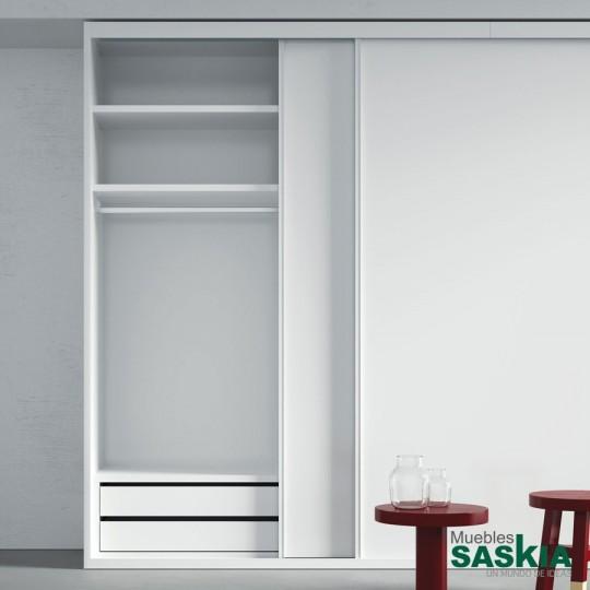 Las puertas correderas interiores son funcionales. Discretas y con muchas posibilidades en acabados. Diseñadas para ahorrar espacio. Nuevos soportes, barras más resistentes, estantes extraíbles amortiguados y cajones con guía oculta de extracción total y freno integrado.