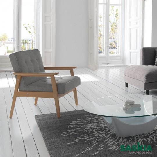 Sillón de madera maciza de fresno con asiento y respaldo tapizados en tela.