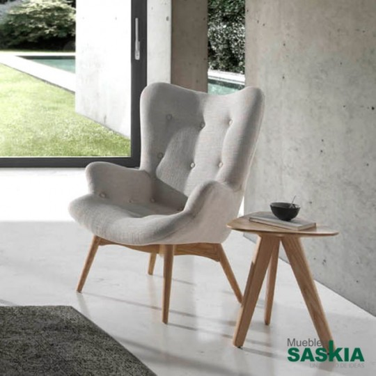 Sillón de madera de fresno con asiento tapizado.