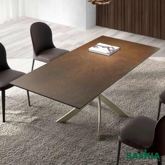 Mesa de comedor con base en acero epoxy y tapa de corten porcelánico.