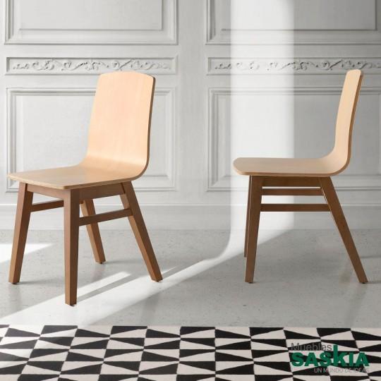 Silla de madera maciza con asiento contrachapado curvado. Patas en Nogal y asiento en haya natural.