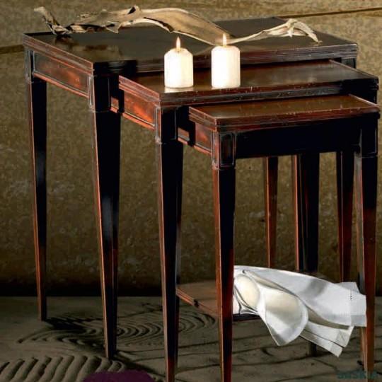 Elegantes mesas nido realizadas en madera maciza de tilo y cerezo silvestre. Acabado cerezo silvestre lacado.