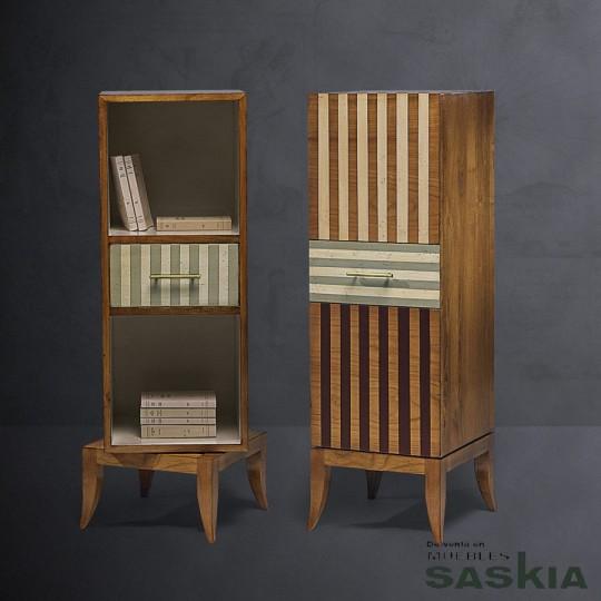 Curiosa biblioteca giratoria baja realizada en madera maciza de cerezo silvestre. Acabado multirayas, cerezo silvestre.