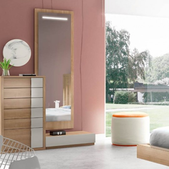 Espejo vertical de estilo moderno, en acabado color nogal.