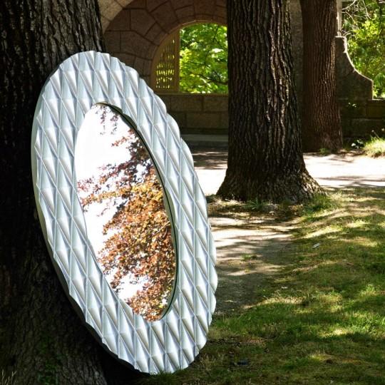 Espejo ovalado decorativo de estilo vintage.