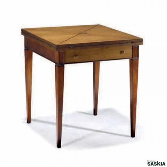 Curiosa mesa de juego realizada en madera maciza de cerezo silvestre. Acabado cerezo silvestre, laca berenjena y beige.
