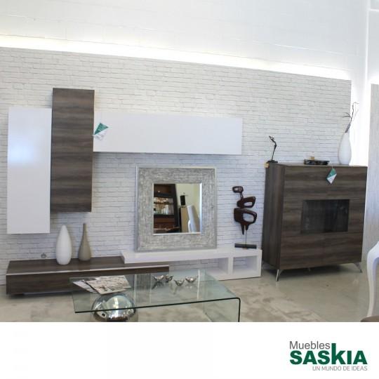 Particular composición de salón moderno en exposición, aparador, mueble de tv y altillos.