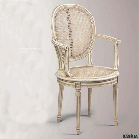 Exquisita silla con brazos estilo louis xvi realizada en madera maciza de haya. Laca blanca patineé.