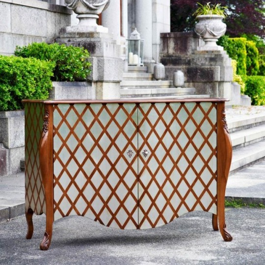 Aparador de estilo vintage,con 2 puertas, realizado en maderas lacadas.