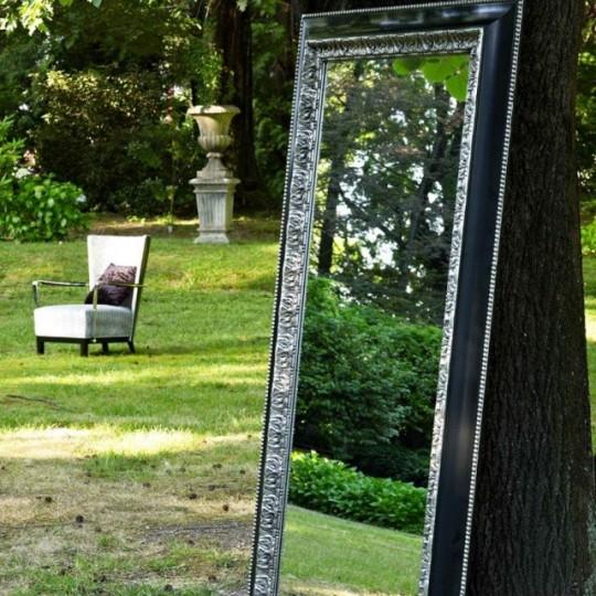 Espejo de estilo de vintage, realizado en color negro lacado y detalles en color plata.