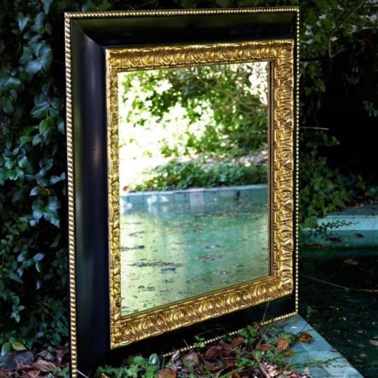 Espejo de estilo vintage, con detalles en color dorado.