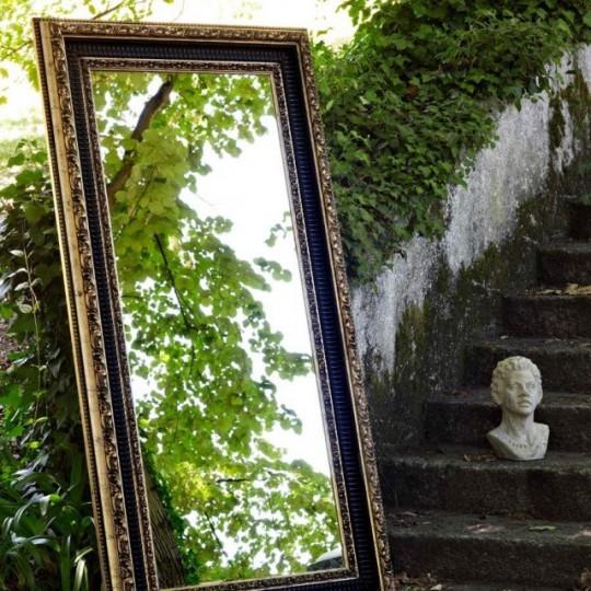 Espejo vertical de estilo vintage realizado en maderas lacadas y barnizadas detalles en color dorado.