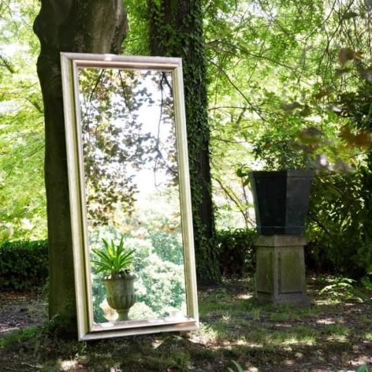 Espejo de estilo vintage, realizado en maderas lacadas y barnizadas , detalles en color plata envejecida.