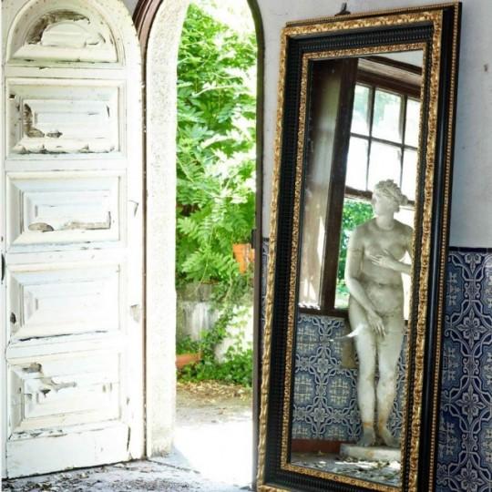 Espejo de estilo vintage, con detalles en color dorado y realizada en maderas lacadas y barnizadas.