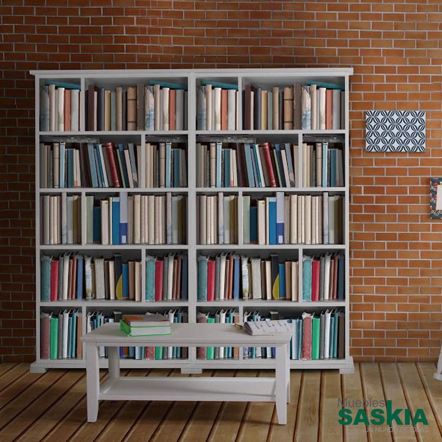 Librería clásica en tonos blancos