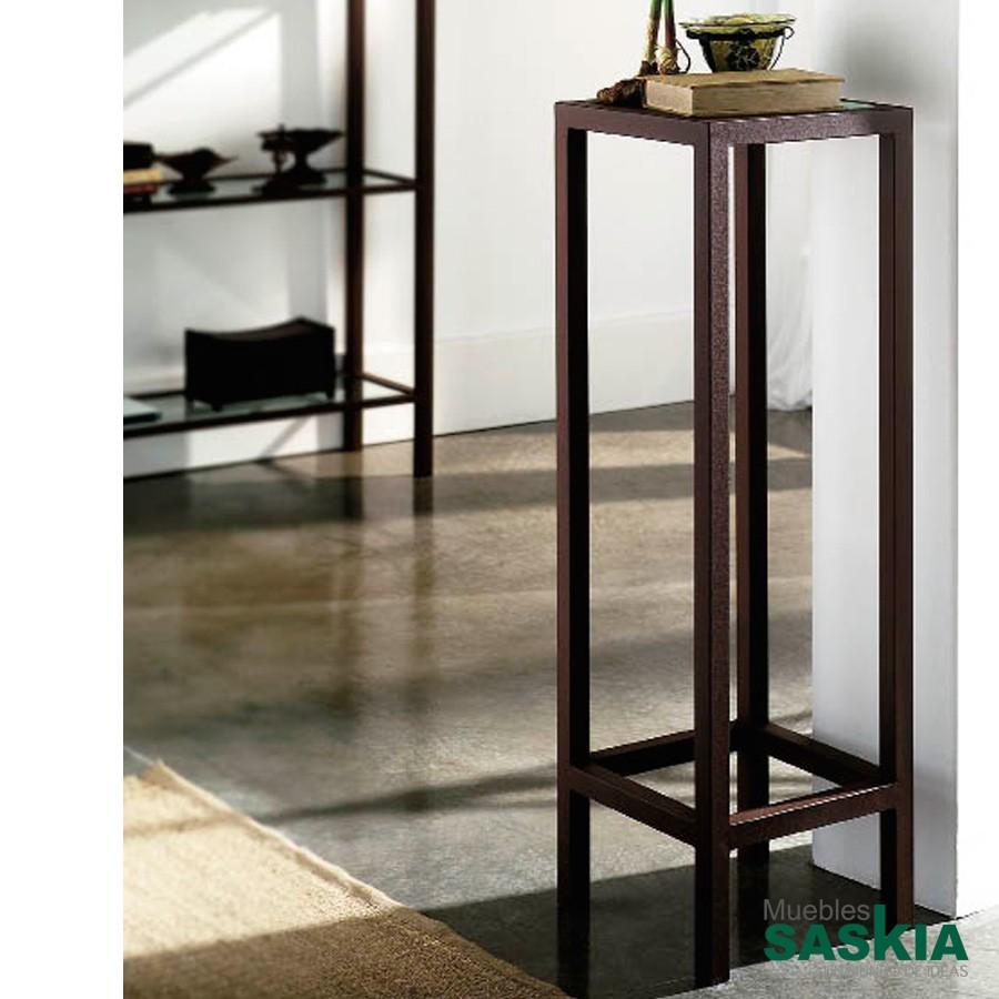 Pedestal realizado en hierro forjado, con cristal transparente incluido